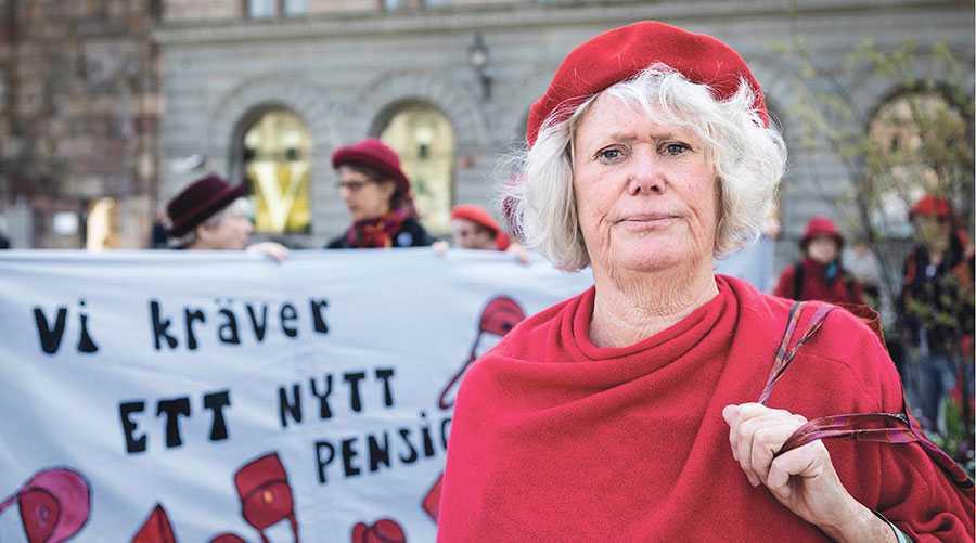 Pensionsgruppen, vars uppgift det är att vårda systemet, bör läggas ner. Det är orimligt att åtta personer sitter bakom stängda dörrar och gör upp om våra pensioner utan att vi som medborgare kan delta, skriver Birgitta Sevefjord som demonstrerar utanför riksdagshuset med Tantpatrullen för bättre pensioner.