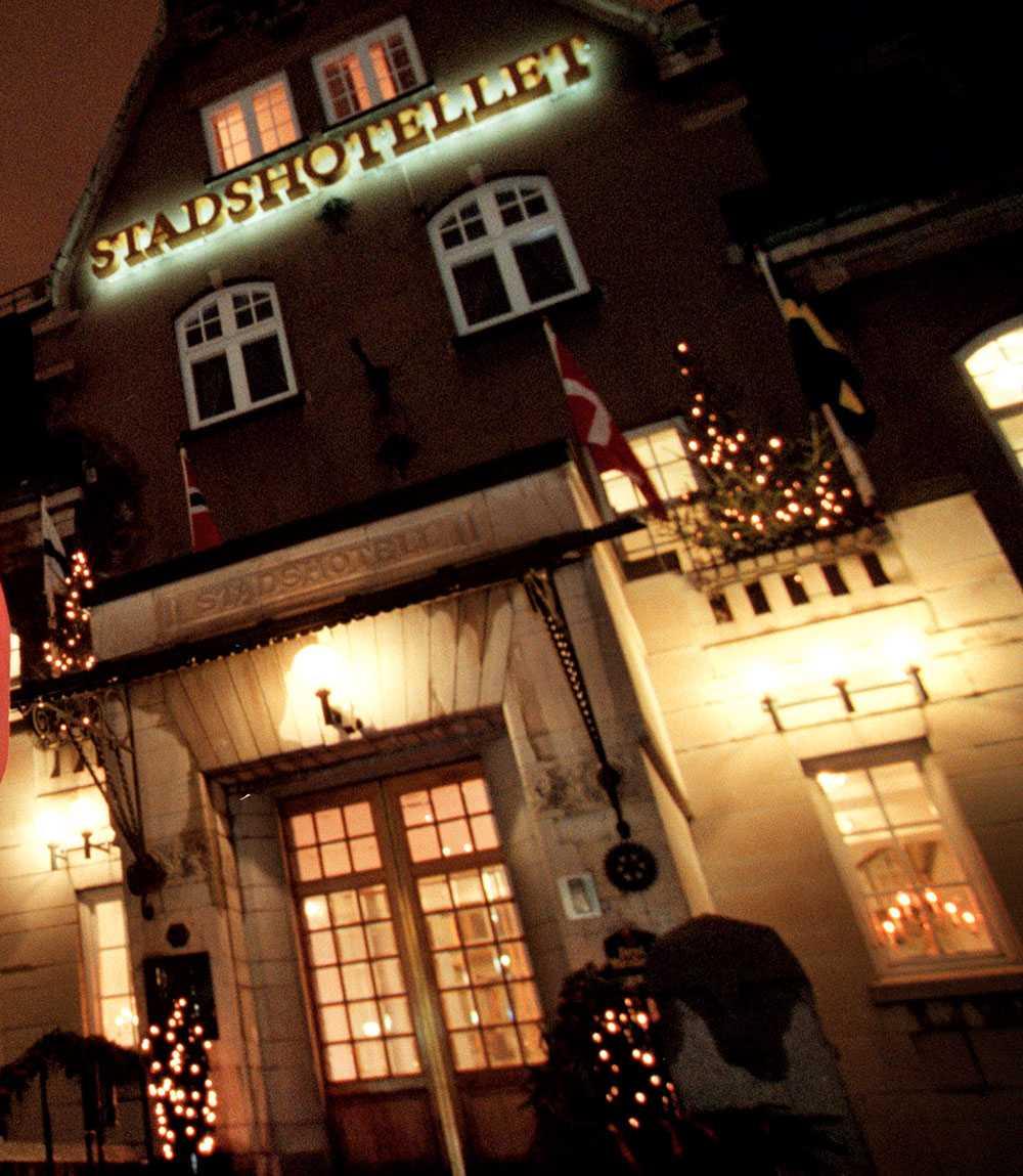 En man hittades död inne på stadshotellet i Västerås.