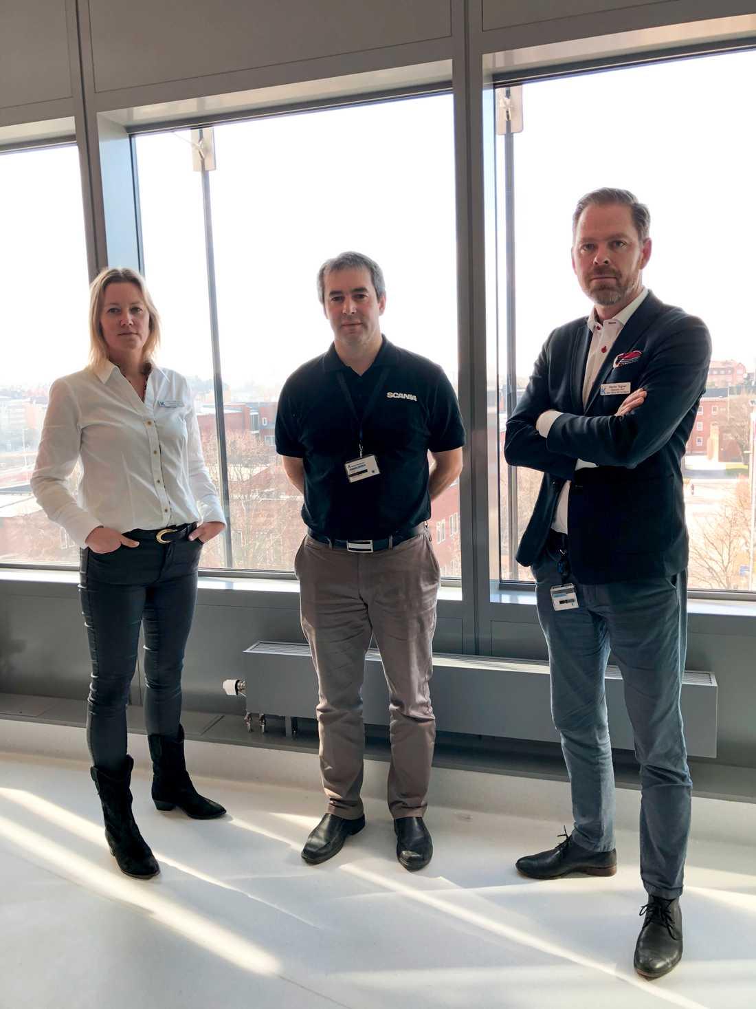 Sara Lindholm Larsson, operativ chef för operation och intensivvård vid Karolinska universitetssjukhuset, Andreas Fabo, från Scanias inköpsledning och Martin Tegnér, operativ chef för hjärta, kärl och neuro Karolinska universitetssjukhuset.