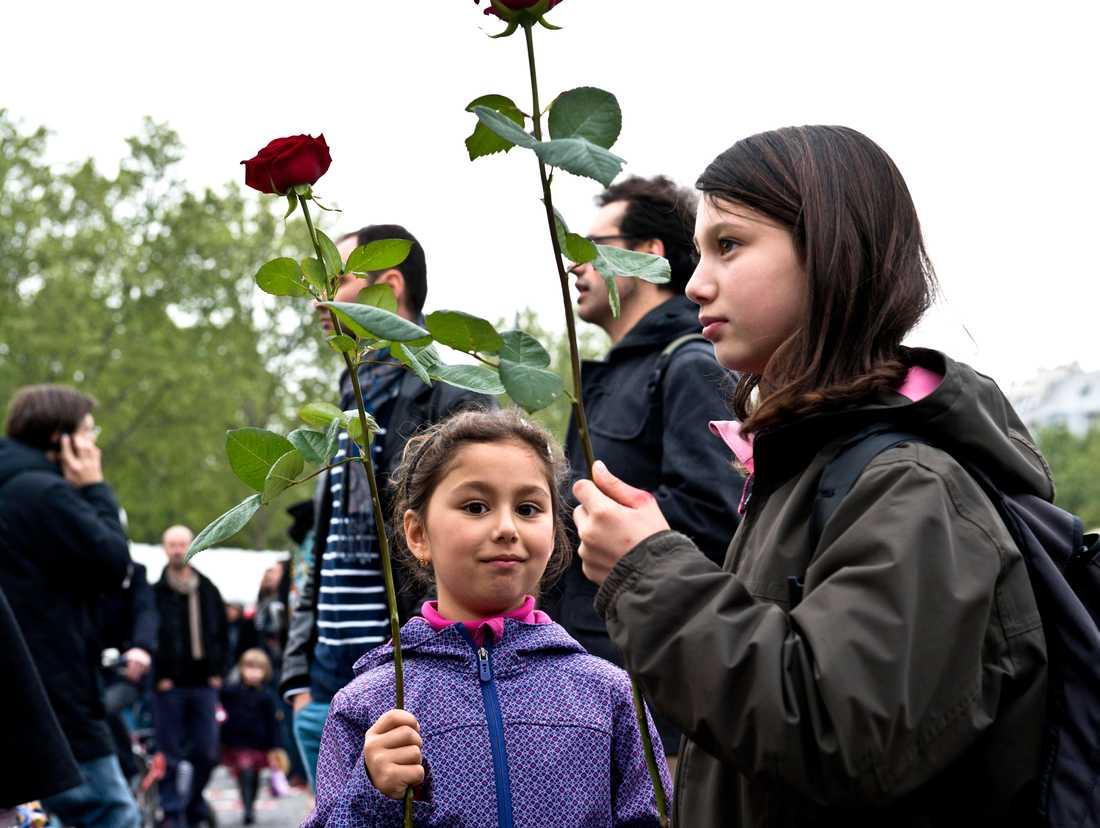 Justine, 7,5, och hennes syster Margot, 10, från Paris tycker att det är spännande att vara med om festligheterna vid Bastillen. Deras mamma tycker att det är på tiden att Sarkozy byts ut.