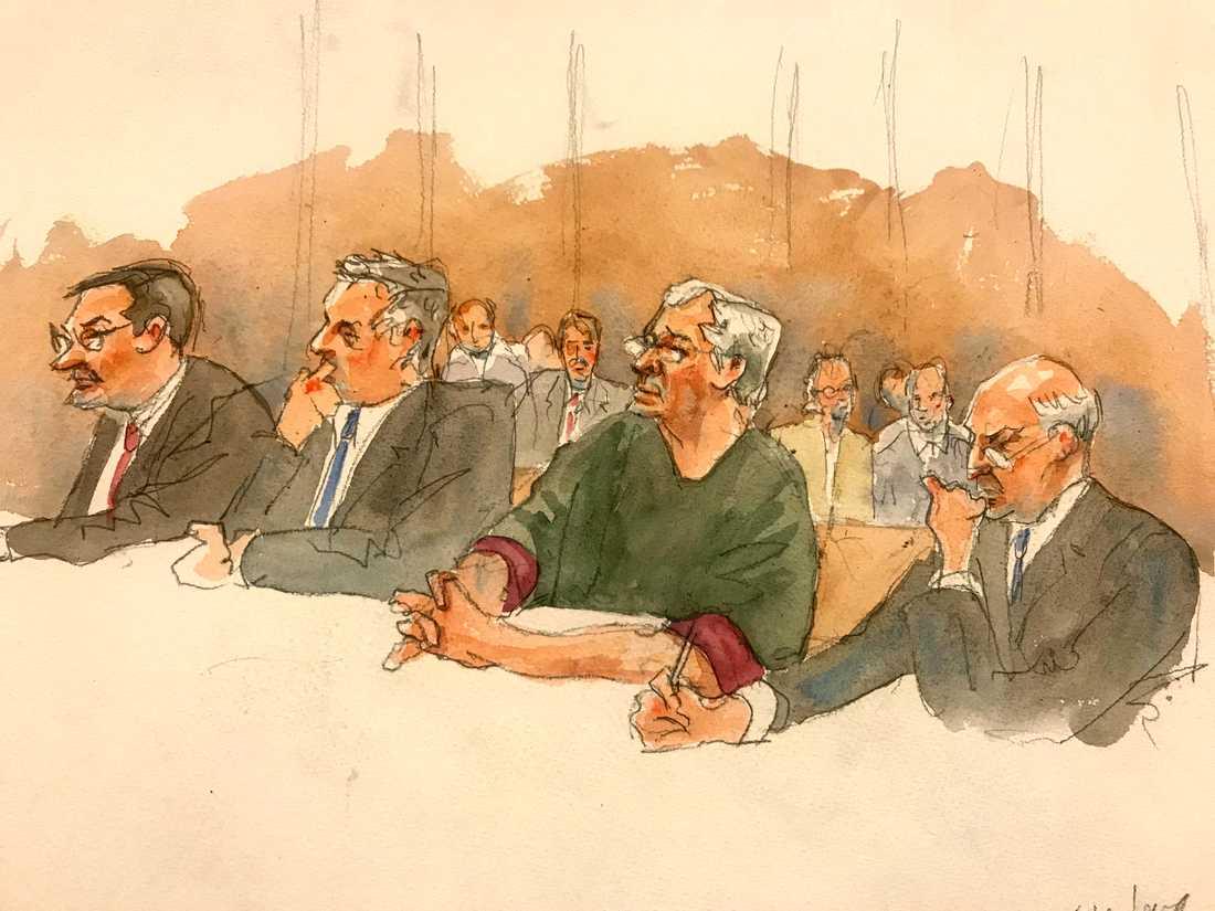 På teckningen från en häktningsförhandling i en domstol i New York den 18 juli syns Jeffrey Epstein, tvåa från höger.
