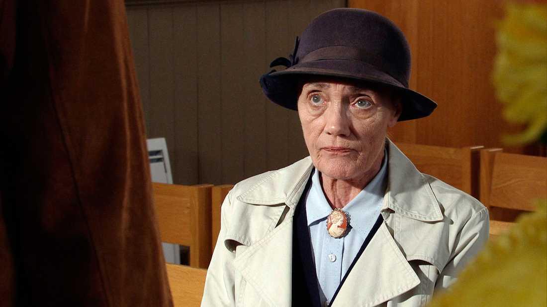Den brittiska skådespelerskan Shirley Stelfox har avlidit 74 år gammal efter en kort tids cancersjukdom