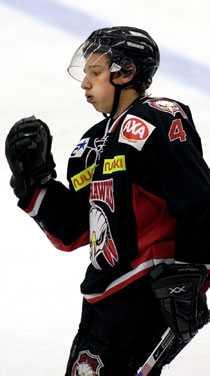 """""""Vinner vi så rycker vi"""", säger Redhawks Andreas Thuresson inför den viktiga matchen mot Södertälje."""