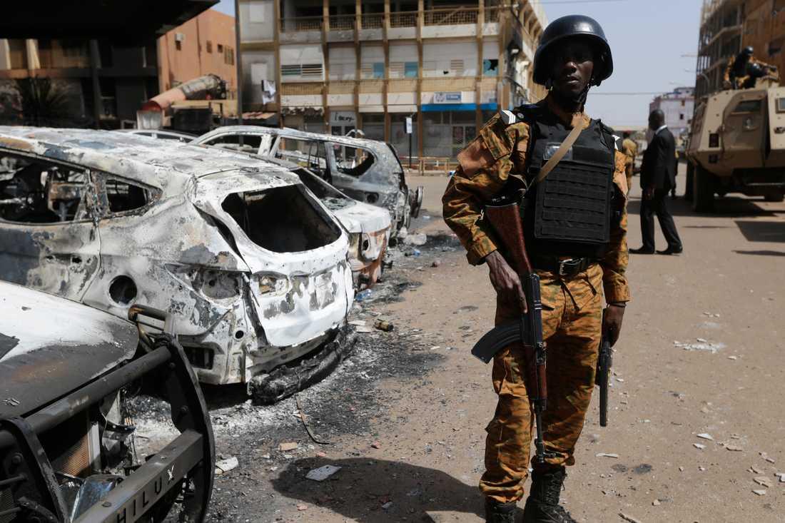 Tusentals människor har fallit offer för de senaste årens våldsspiral i Burkina Faso. Här står en soldat vakt utanför ett hotell i huvudstaden Ouagadougou i januari 2016, efter en terrorattack där 32 personer dödades. Arkivbild.