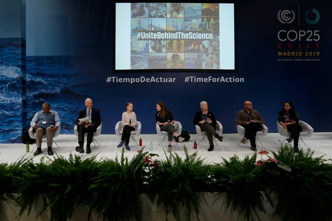 Greta Thunberg och Luisa Neubauer (mitten) samtalar med forskarna Youba Sokona, William Mooomaw, Ko Barrett, Sivan Kartha och Rachel Cleetus på klimatmötet COP25 i Madrid.