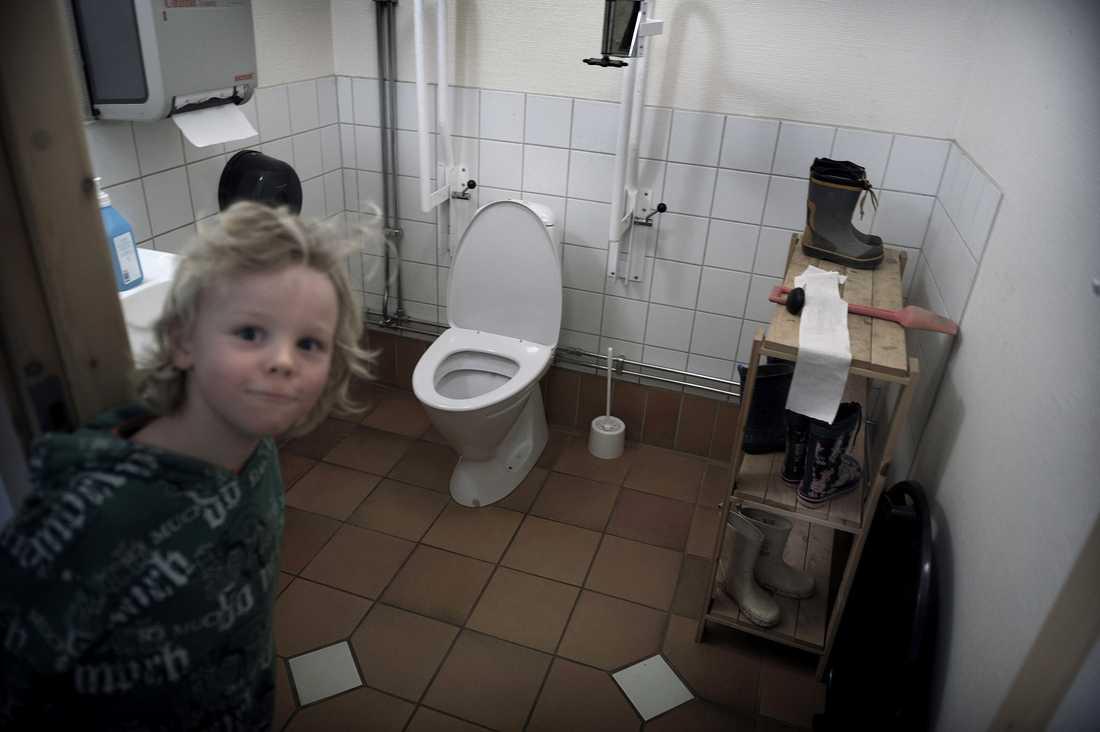 GARDEROBEN – PÅ TOALETTEN Toaletten används även som kapprum och garderob, och barnen måste nästan köa för att komma ut på rasten. Många kommuner löser lokalbristen med fristående paviljonger på skolgården. Det planerar man att göra även här till hösten. – Man ser på skolan som en plats för förvaring av barn, säger en upprörd lärare.
