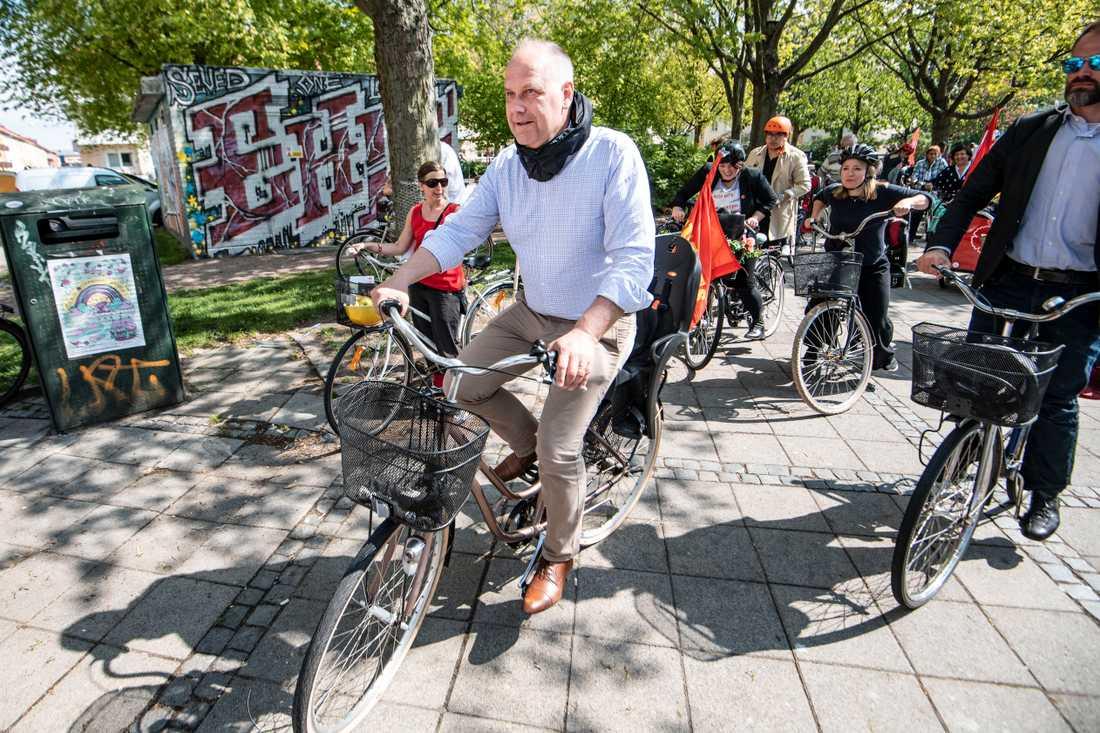 Vänsterpartiets partiledare Jonas Sjöstedt EU-valkampanjar på cykel. Arkivbild.