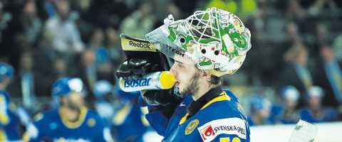 Tre Kronor vill inte ha målvaktstränare i OS. Då tar Jonas Gustafsson med sig sin egen.