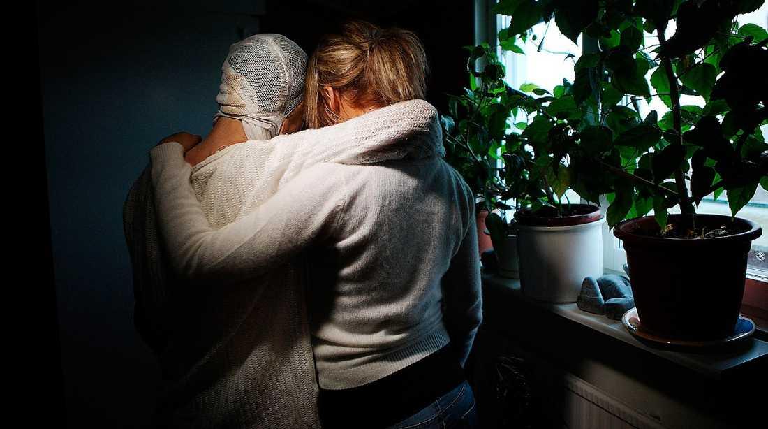 """""""De sparkar på någon som ligger""""  Tina, 52, blev svårt brännskadad när en man tände eld på henne. Nu tvingas hon och dottern Isabelle bort från lägenheten. """"När en lägenhet brinner upp förfaller hyresavtalet. Det regleras i hyreslagen"""", säger Maria Öberg på Tyresö bostäder."""