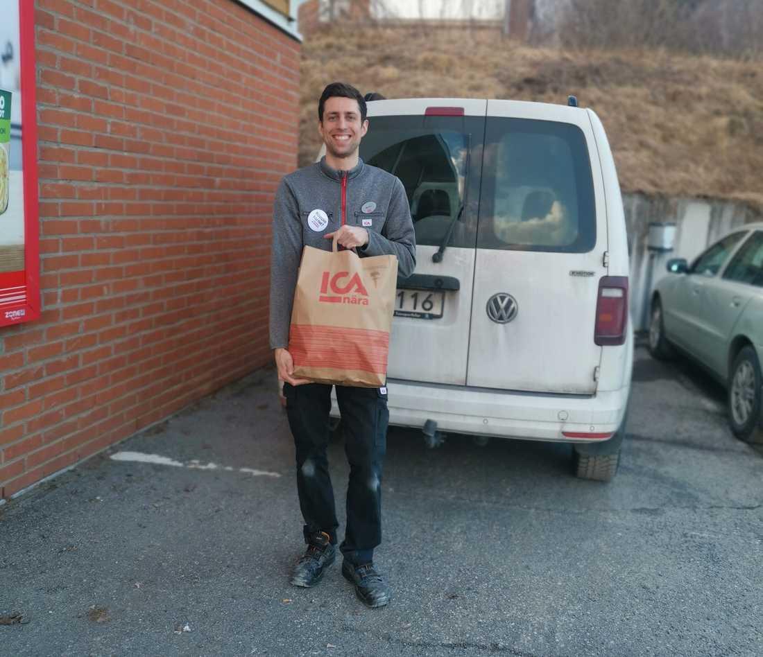 Ica-handlaren Martin Svahn tar sin egen bil för att leverera varorna hem till kunderna i riskgrupper.