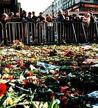 Tusentals människor samlades dagarna efter mordet på platsen där Olof Palme dödades.