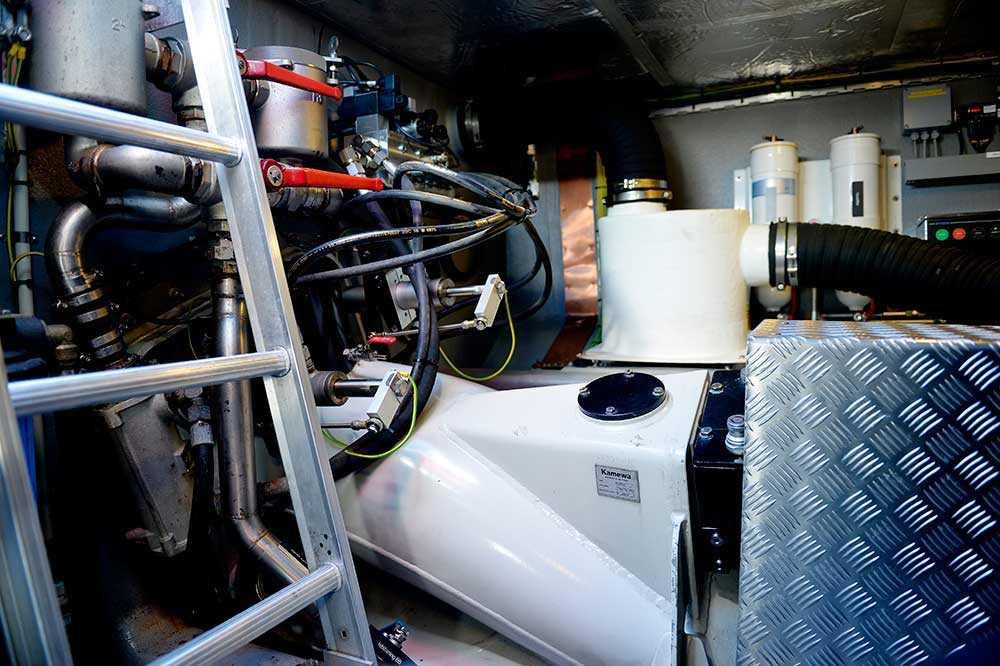 Under däck finns motorerna (två gånger 500 hästkrafter) som i sin tur driver två vattenjetaggregat. Vatten sugs in och trycks ut genom en dysa. Framför dysan sitter en nerfällbar skopa. När skopan fälls ner vänder vattnet- och båten backar. Fälls skopan ner halvvägs står båten still och hovrar.