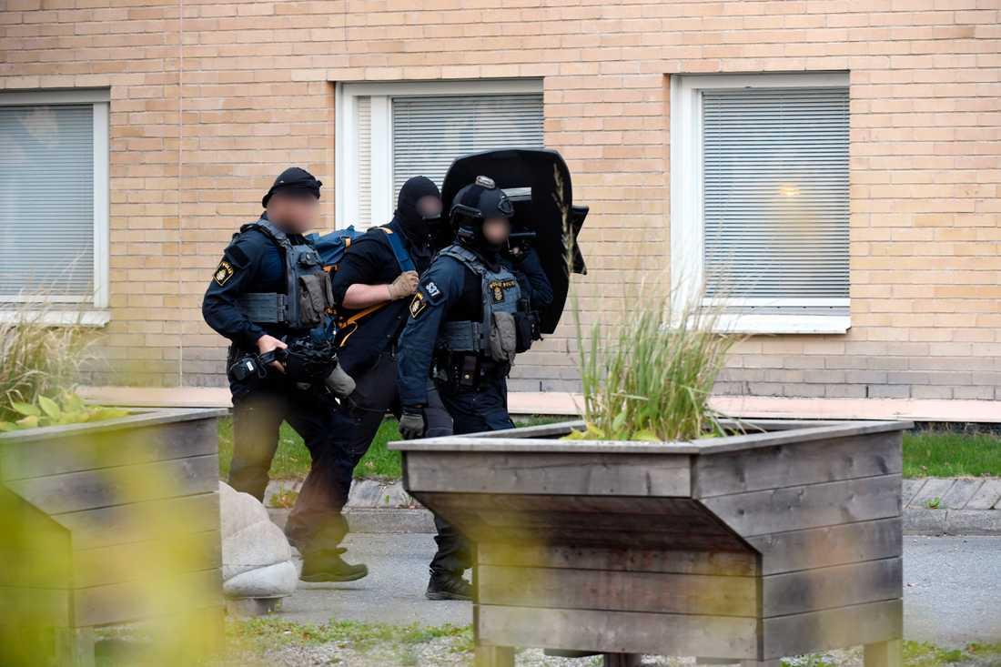 Polisens insatsstyrka slog till mot flera bostäder i Huddinge.