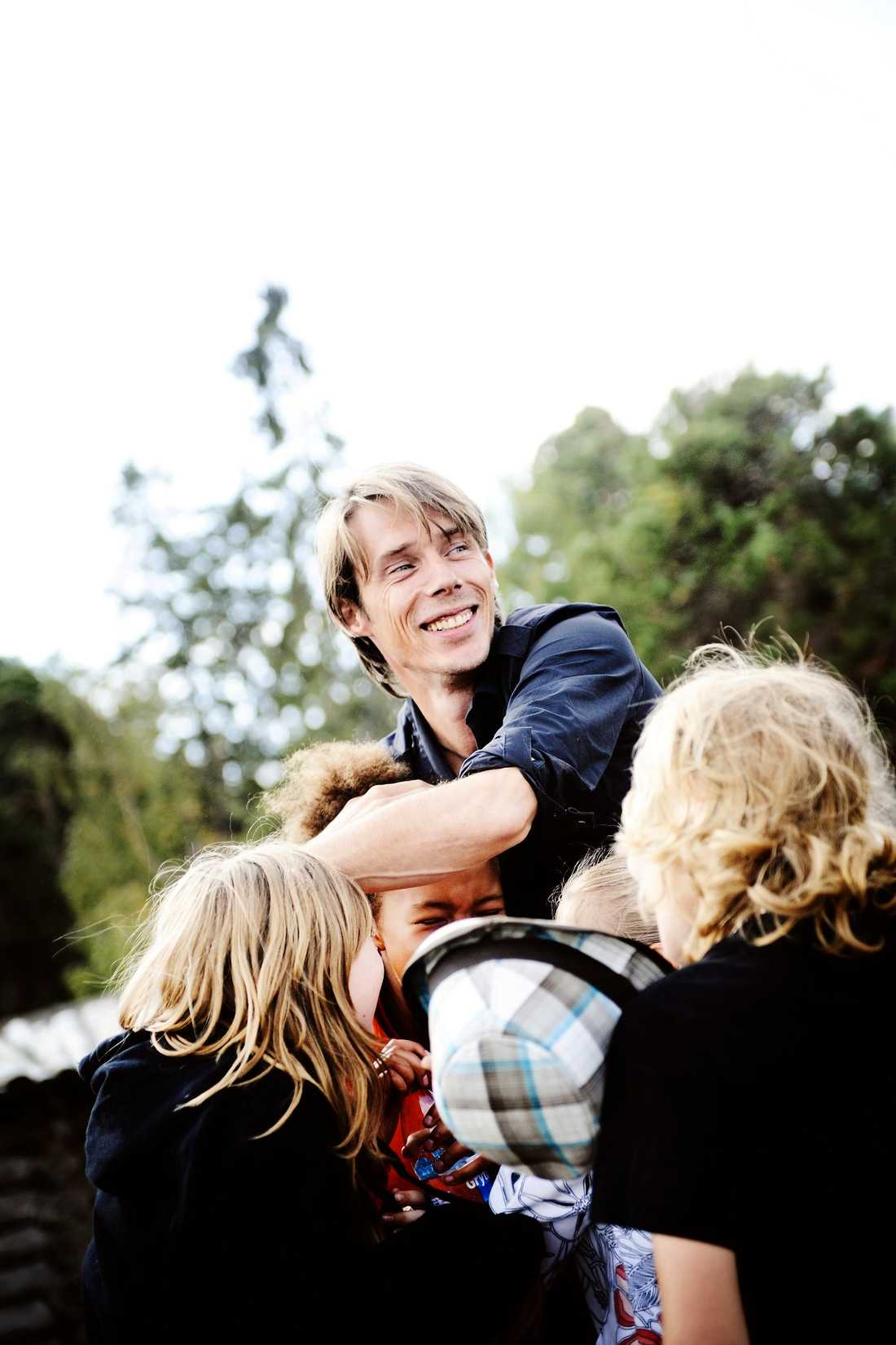 """Ola Lindholm är programledare för """"Wild Kids"""" i SVT, chefredaktör för KP och sitter i BRIS styrelse."""