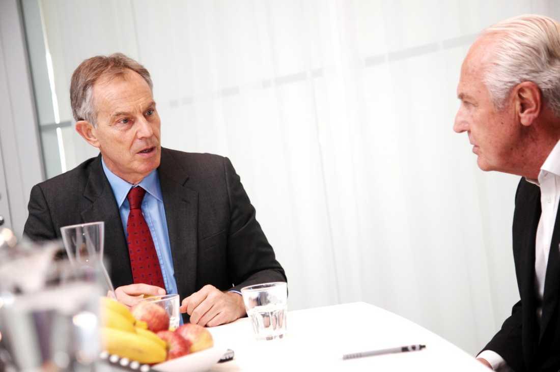 """""""Mera samtal än intervju"""" Tidigare SAS-vd:n Jan Carlzon har vid 70 års ålder sadlat om och börjat intervjua kända makthavare. För magasinet A Perfect Guide, där han är styrelseordförande, intervjuade han nyligen Tony Blair. """"Det var mer samtal än intervju, ett mycket speciellt möte"""", säger han själv till Aftonbladet."""