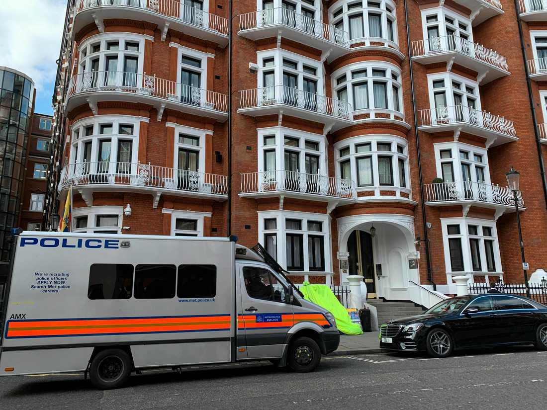 Polisen utanför ambassaden där Assange befunnit sig i flera år.