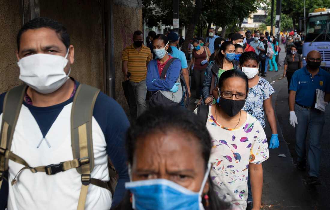 Människor med munskydd i Venezuelas huvudstad Caracas.
