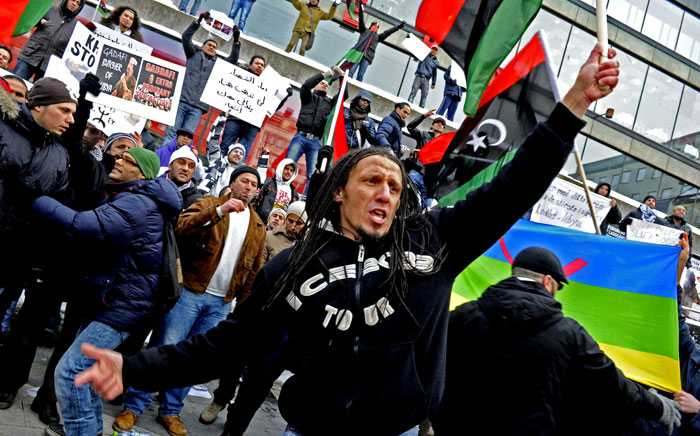 Libyer protesterade i dag på Sergels torg i Stockholm mot diktatorn Muammar Gadaffi.