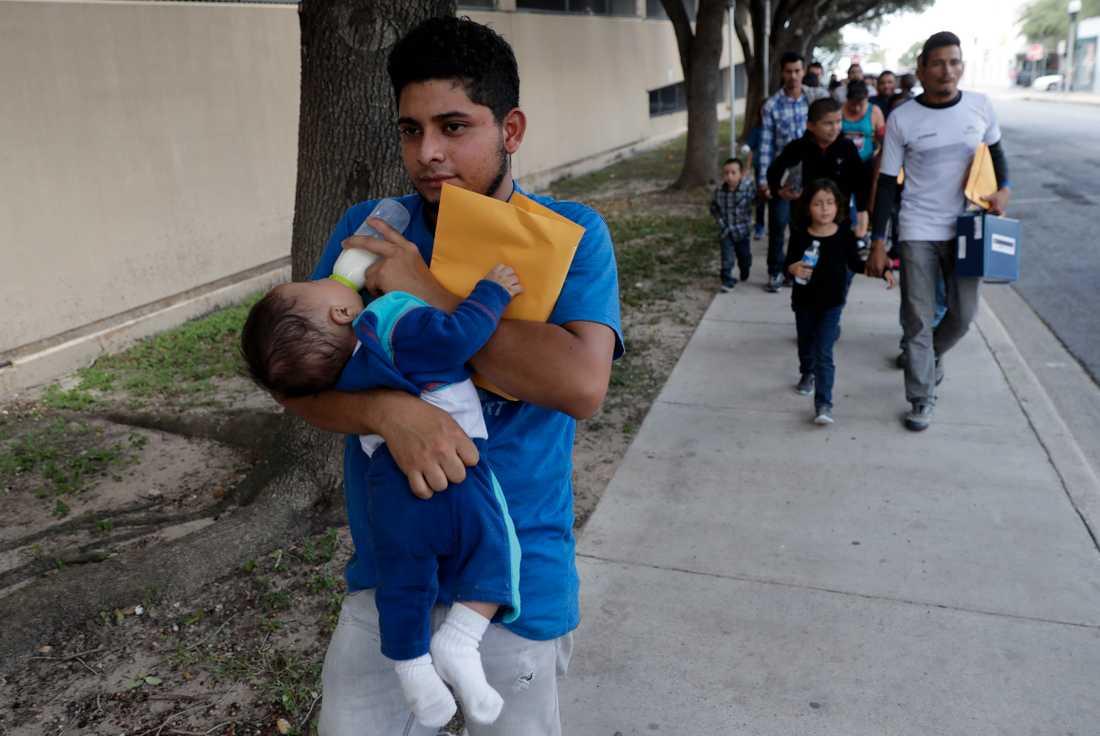 Asylsökande migrantfamiljer på väg mot ett vilocenter i McAllen, efter att deras ärenden gåtts igenom en första gång av USA:s gräns- och tullmyndighet.