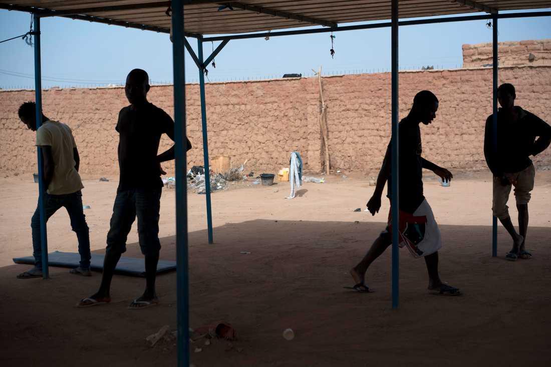 Migranter på ett transitcentrum drivet av FN:s migrationsorganisation IOM i Arlit i Niger. Arkivbild.