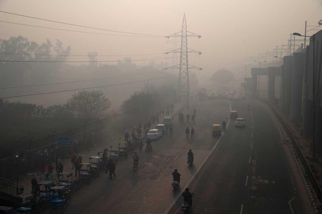 En morgon med smog i New Delhi i Indien. Arkivbild