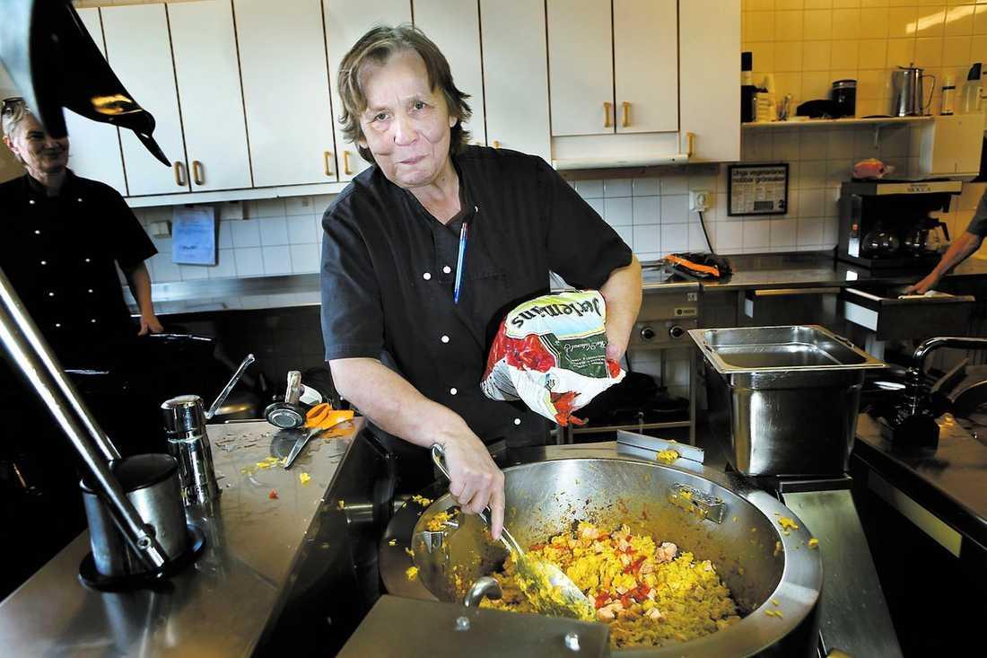 """""""SOM PÅ KROGEN"""" Birgitta Melander bjuder på Nasi goreng och gulaschsoppa och skolbarnen i Visby jublar: """"Det smakar som på krogen eller som mammas hemlagade"""", lyder några av betygen."""