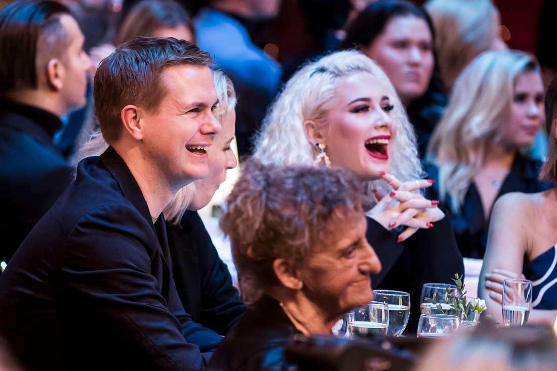 Publiken bjöds också på skratt –här Gustav Fridolin och Wiktoria Johansson.