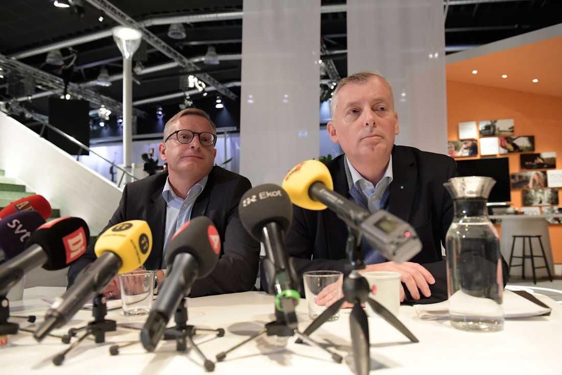 Ericssons vd och koncernchef Jan Frykhammar och strategi- och teknikchef Ulf Ewaldsson under presskonferensen om massvarslet.