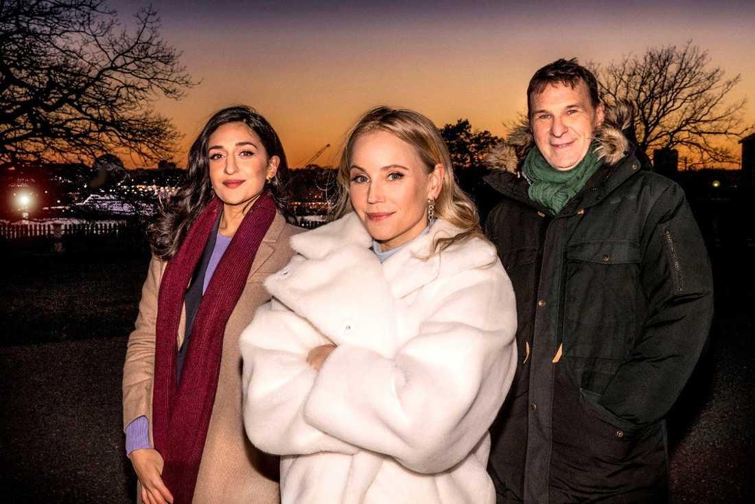 """Parisa Amiri och Anders Lundin programleder """"Tolvslaget på Skansen"""" i SVT, där Sofia Helin (mitten) ska läsa dikten """"Nyårsklockan""""."""