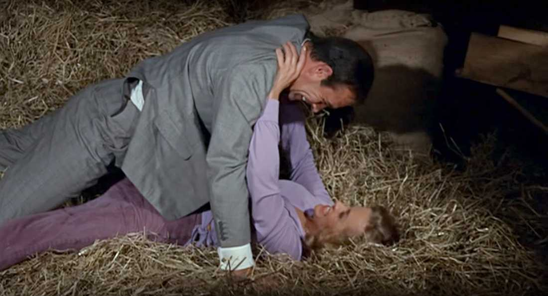 """James Bond (Sean Connery) """"förför"""" Pussy Galore (Honor Blackman) i """"Goldfinger"""" (1964)."""