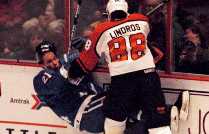 VÄLKOMMEN TILL NHL I januari 1995 fick Forsbergs äntligen göra NHL-debut. Han hade varit inblandad i en bytesaffär med Eric Lindros och hamnade i Quebec. De möttes i premiären och Lindros var inte sen att hälsa Forsberg välkommen.