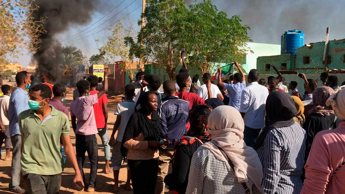 Regimkritiska demonstranter marscherar i Sudans huvudstad Khartoum. Arkivbild.