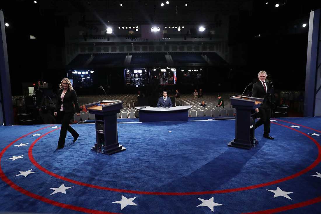 Två statister testar arenan där presidentkandidaterna Donald Trump och Hillary Clinton ska mötas i den första direktsända debatten natten mellan måndag och tisdag svensk tid.
