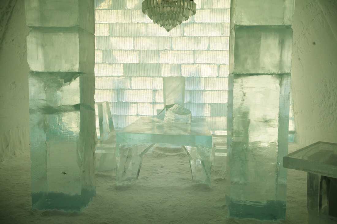Precis allt i hotellet är byggt av is. Här ser du bland annat ett bord, stolar och en vacker ljuskrona.