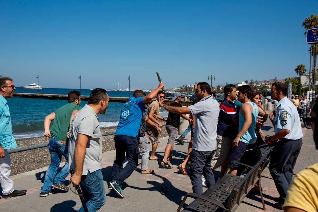 Slagsmål mellan polisen och flyktingar utanför polisstationen.