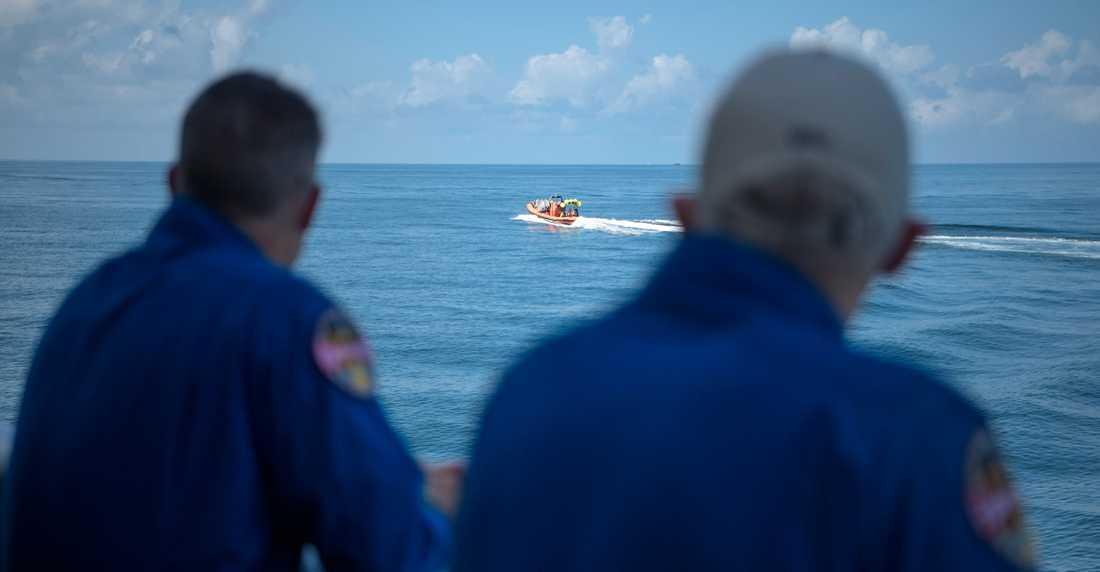 Motorbåtar skickades ut för att hämta astronauterna i havet.