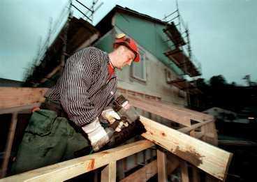 ... och på byggjobben Från och med i dag får den som anlitar en hantverkare för att bygga om huset eller bostadsrätten avdrag på skatten.