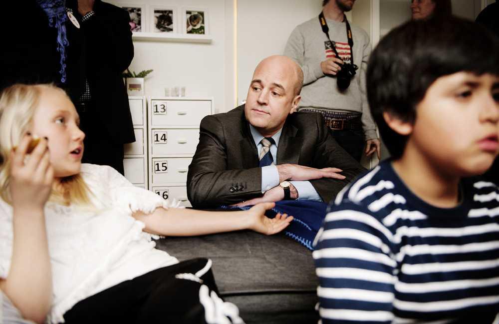 """SNACKA GÅR JU…  Fredrik Reinfeldt – här lyssnandes till Isabella Källstrand – besökte under måndagen ett """"nattis"""" i Märsta, dit han åkt för att prata nattjobb. Och pejl på jobb (i alla dess former) är precis vad Reinfeldt verkar behöva."""
