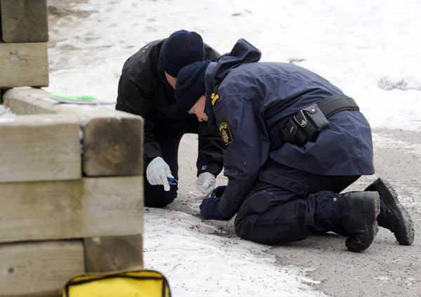 Polisens tekniker jobbar utanför skolan.