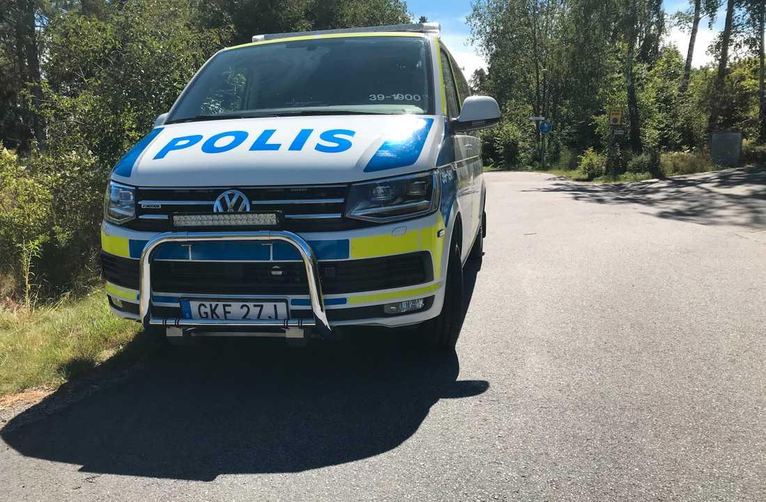 En man har förts till sjukhus efter att ha blivit skjuten av polis i samband med ett ingripande.