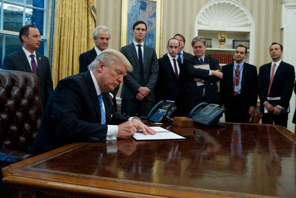 Trump när han signerade exekutiva ordern om abortstöd.