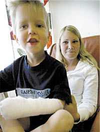 """Anton Högström, 3, blev biten av en """"haj""""."""