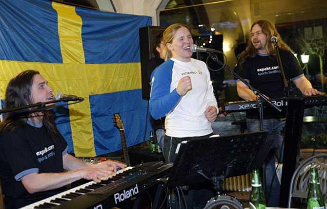 Simply the best Anja gjorde ett kanon-VM i Bormio 2005. Här firar hon guldet i super G som sig bör   med ett coverband.