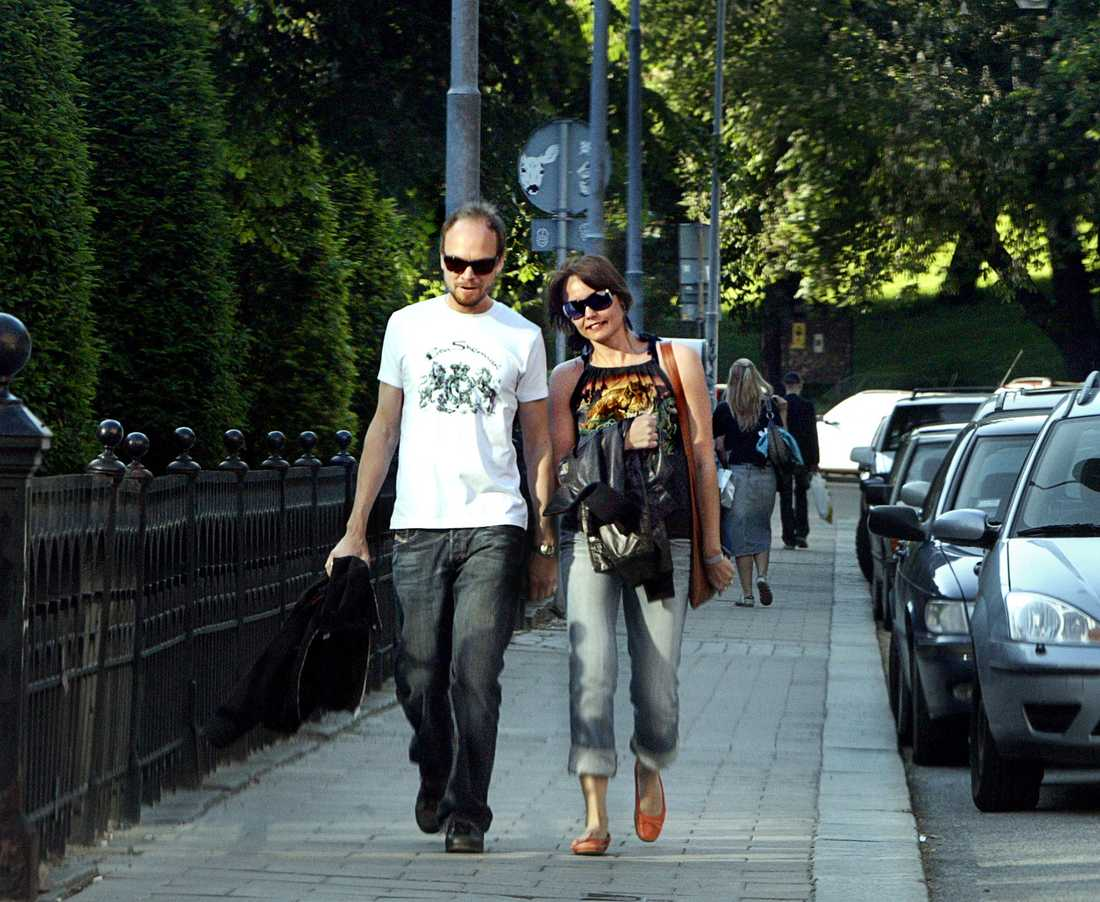 Kristian Luuk och Carina Berg på promenad i centrala Stockholm i juni 2005. Tre år senare gifter de sig.