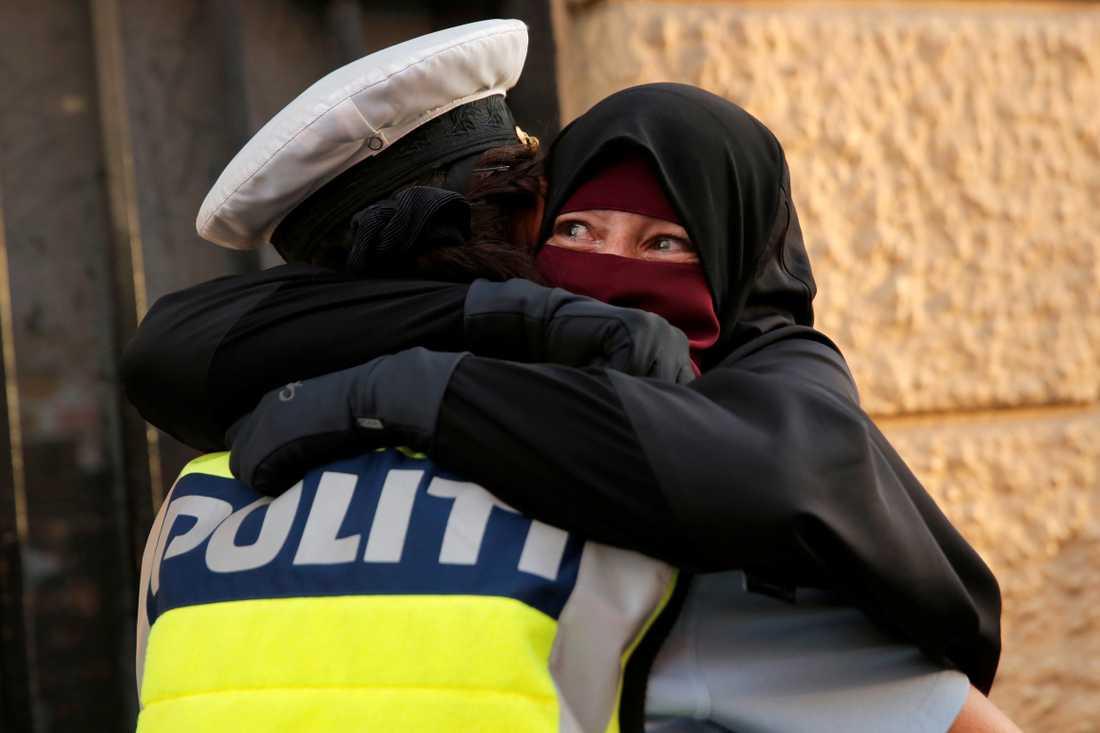 Den kvinnliga polisassistenten såg att Ayah grät – och kramade henne.