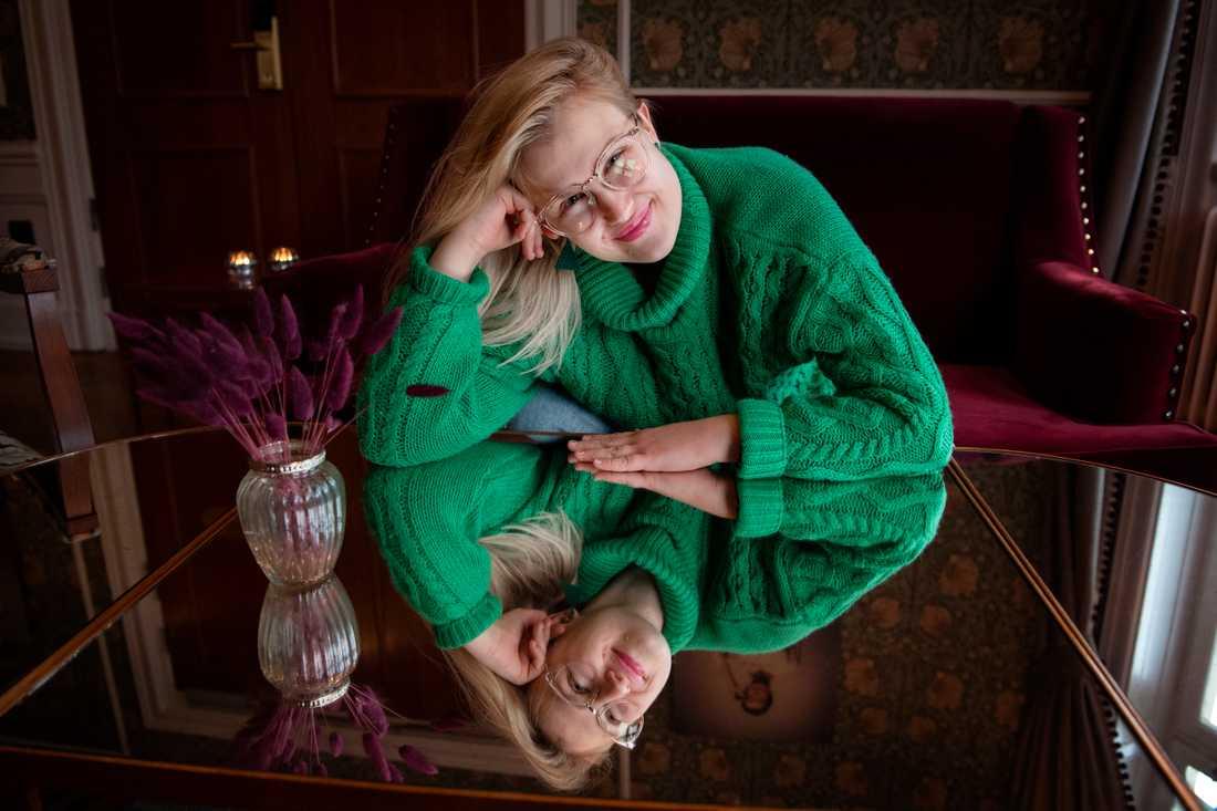 """Till vardags bor Emma Örtlund i Gislaved och jobbar på ett café. Men hennes dröm är att blir fotomodell – vilket skildras i filmen """"Catwalk – från Glada Hudik till New York""""."""