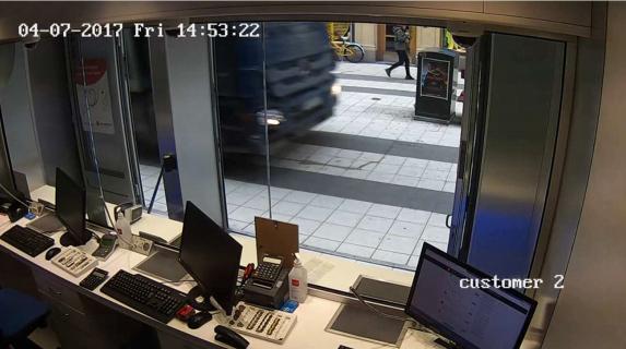 Övervakningskamera Change Money. Här har lastbilen beräknats hålla en hastighet på 63 kilometer i timmen. 14:53:22.