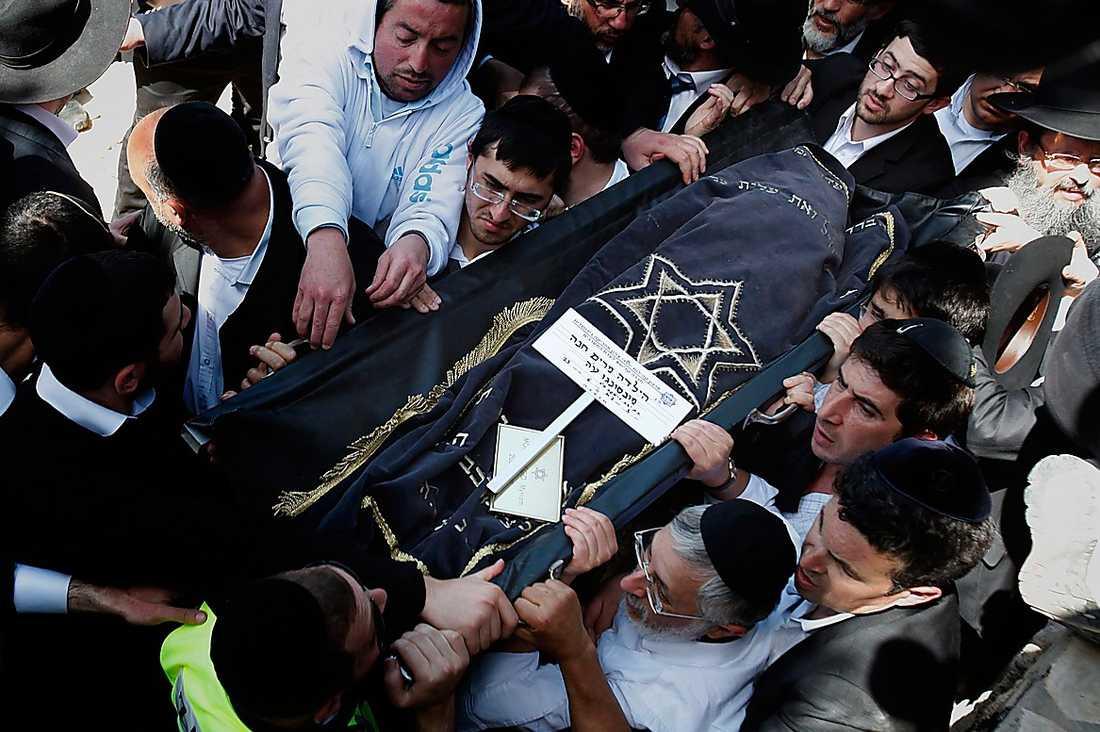 TUNG SORG Igår begravdes attackens offer Miriam Monsonego, 8, Gavriel Sandler, 3, Aryeh Sandler, 6, och Jonathan Sandler, 30, på begravningsplatsen Givat Shaul i Israel där 2000 personer närvarade.