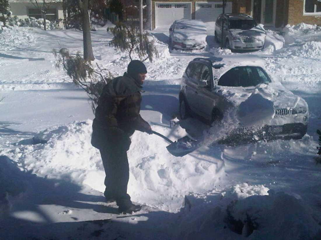"""SNÖSKOTTARE 50 Cent ville hjälpa insnöade efter snöovädret på USA:s östkust. Men han tog rejält betalt för att skotta bort snön. """"Vill ha hundra dollar per hus"""", skrev rapparen på sin Twitter."""