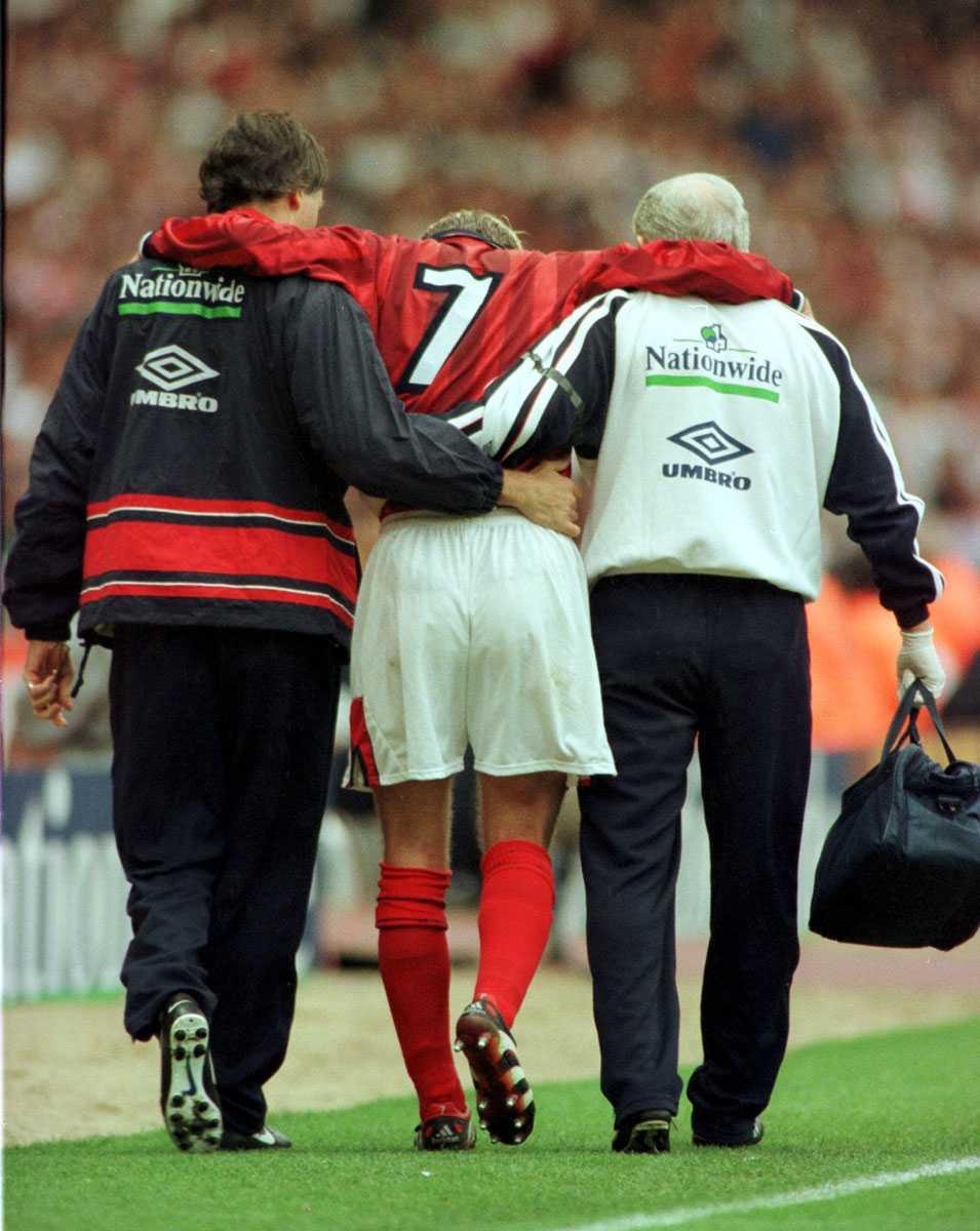 Leds ut efter en skada i EM-kvalmatchen mot Sverige på Wembley i juni 1999.
